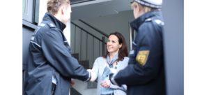 In diesem Artikel erfahren Sie, woran Sie bei einem Telefonanruf erkennen, ob es sich um die echte Polizei oder um Betrüger handelt.