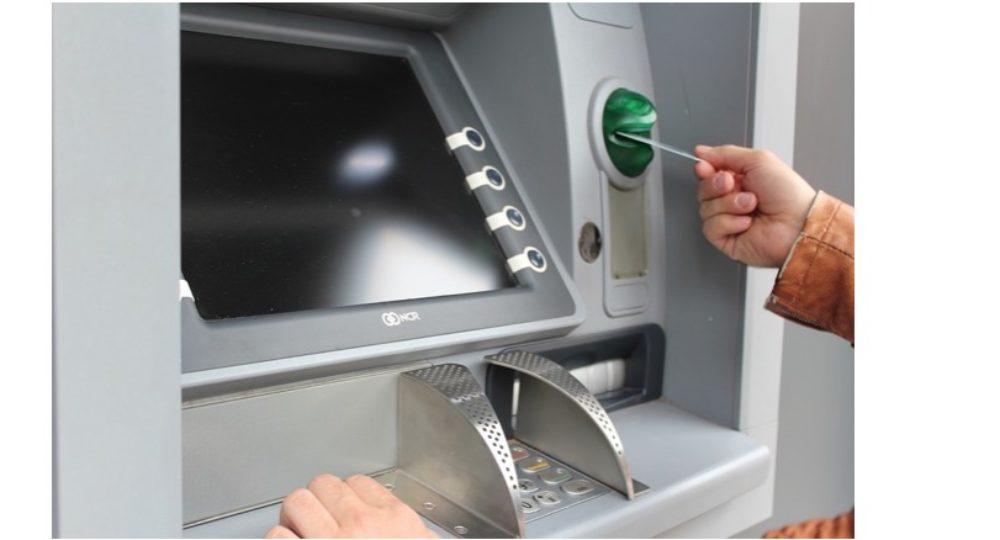 Gemeiner Bankautomaten-Trick: 6.000 Euro erbeutet, 3 Betrüger gefasst