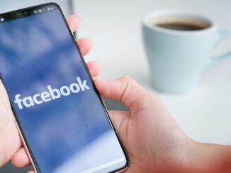 Facebook Smartphone Symbolbild