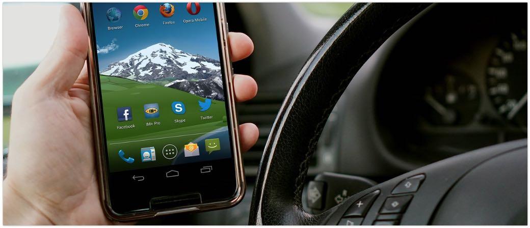 Auto Handy Smartphone Symbolbild