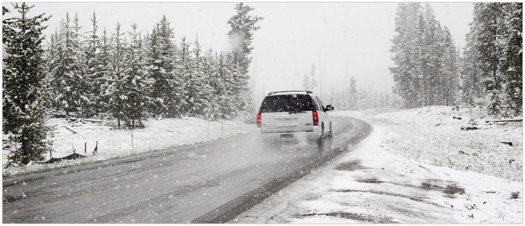 Symbolbild Auto PKW Winter Schnee