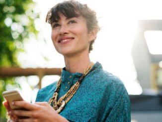 Frau SMS Handy Smartphone Smybolbild