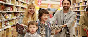 Kind Familie Supermarkt einkaufen Symbolbild