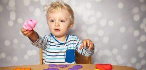 Kind Knete Symbolbild