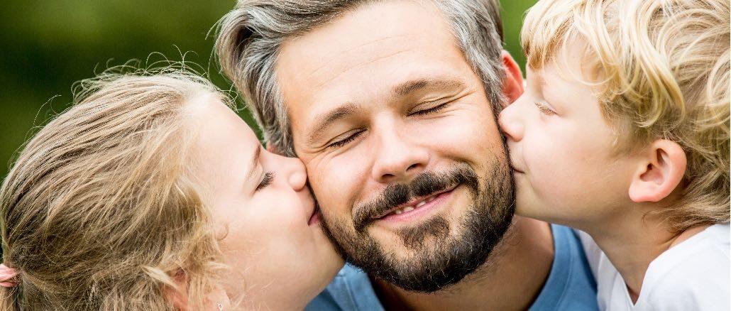 Symbolbild Mann Kind Kuss