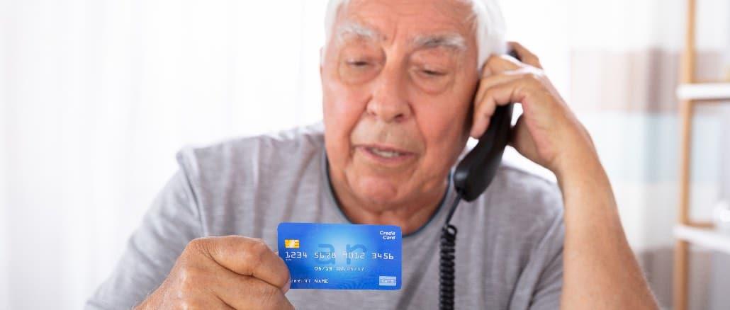 Senior Anruf Telefon Kreditkarte Symbolbild